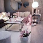 Mise en place dans le jeu de couleurs gris rose et blanc du salon