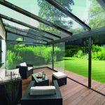 Mobilier de jardin en rotin avec verrière et balustrade