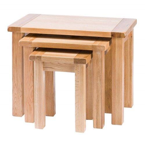 Nid de 3 tables.  Meubles traditionnels en chêne massif aux lignes épurées et…