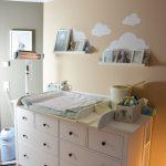 Notre chambre de bébé avec table à langer, seau à langer et tapis à langer de Puckdaddy