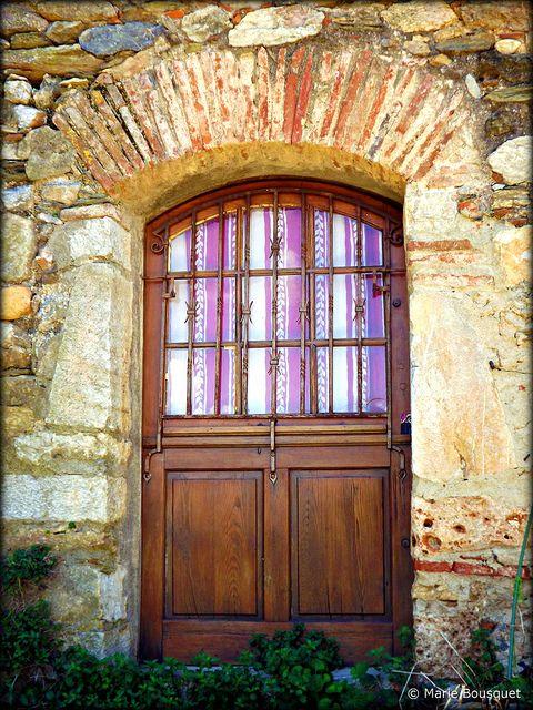 Porte aux rideaux rayés