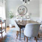 Salle à manger moderne du milieu du siècle avec des touches de bleu dans un tapis vintage. Lu...