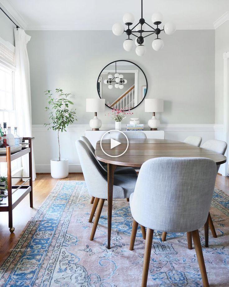 Salle à manger moderne du milieu du siècle avec des touches de bleu dans un tapis vintage. Lu…