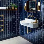 Salle de bain avec mur en carrelage bleu marine. Vasque blanche, robinetterie ef...,  #avec #...