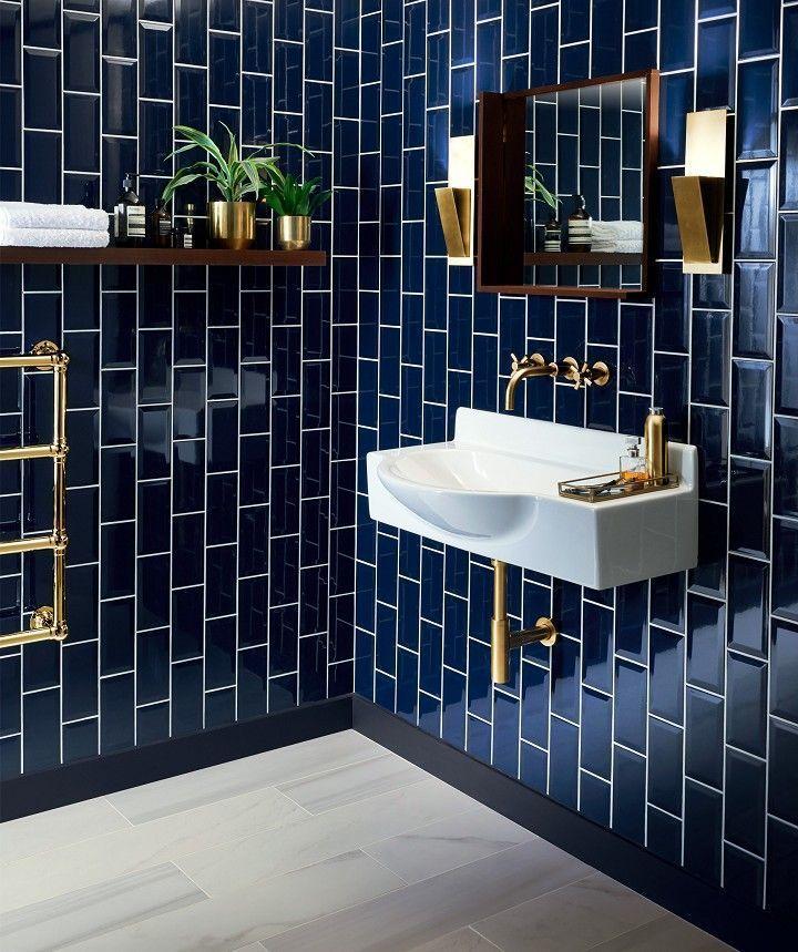 Salle de bain avec mur en carrelage bleu marine. Vasque blanche, robinetterie ef…,  #avec #…