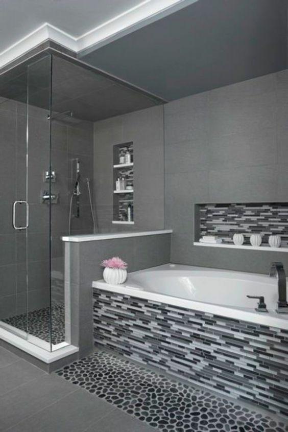 Salle de bain grise habillée