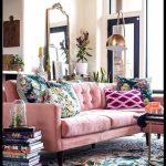 Salle familiale en velours rose Joybird Elliot coupe Bari J pour les tapis Loloi ...