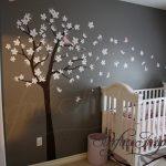 Sticker mural chambre d'enfant pour chambre garçons ou filles. Grand sticker mural de cerisiers en fleurs avec oiseaux et papillons. Obtenez des couleurs personnalisées gratuitement