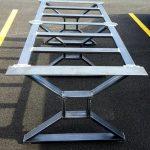 """Table de repas moderne et industrielle, pieds en """"X"""", modèle # TTSF3B, 3 pieds avec bretelles à 2 cadres"""