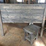 """Tête de lit en bois rustique patiné gris """"Weathered Edward"""" avec 1 table d'extrémité correspondant expédition GRATUITE"""
