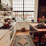 The Nordroom - Une maison d'époque industrielle avec un beau canapé en velours vert