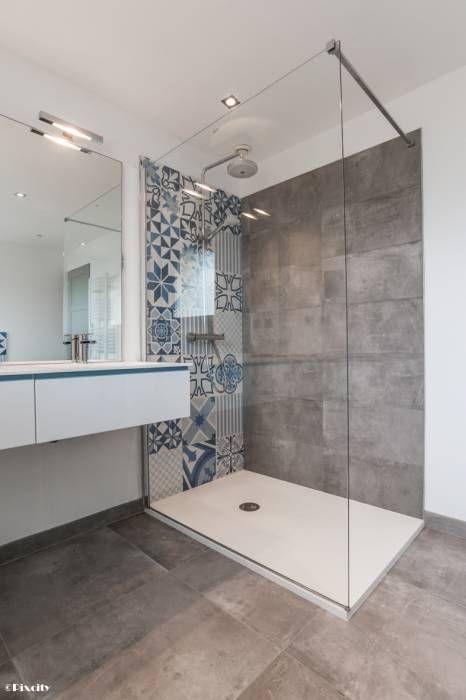 Très belle douche dans cette salle de bain aux carreaux de ciment bleus.
