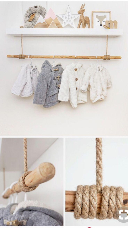 Tringle à vêtements pour les choses de bébé dans la crèche