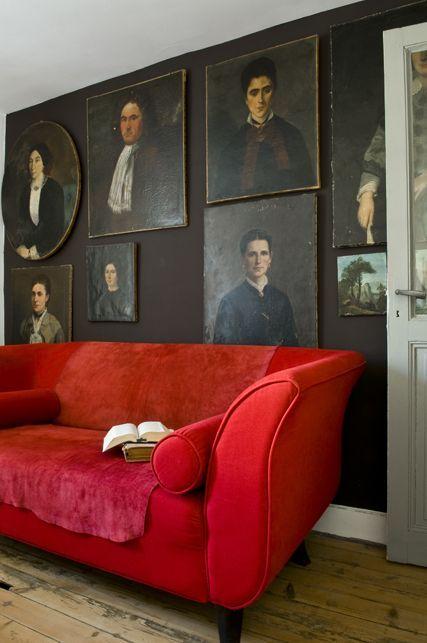 Un canapé rouge au salon