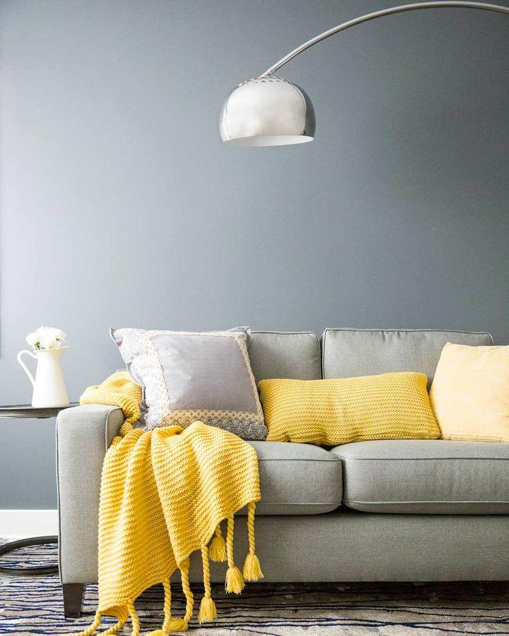 Un jeté à pompons jaunes pour raviver le décor du salon.   #Jaune #Divan #Dé…