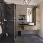 Une douche à l'italienne dans une salle de bains au style industriel