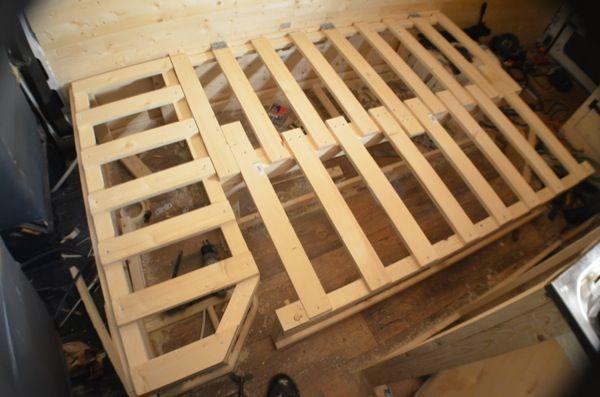 Une extension de lit dans ma conversion de van de bricolage