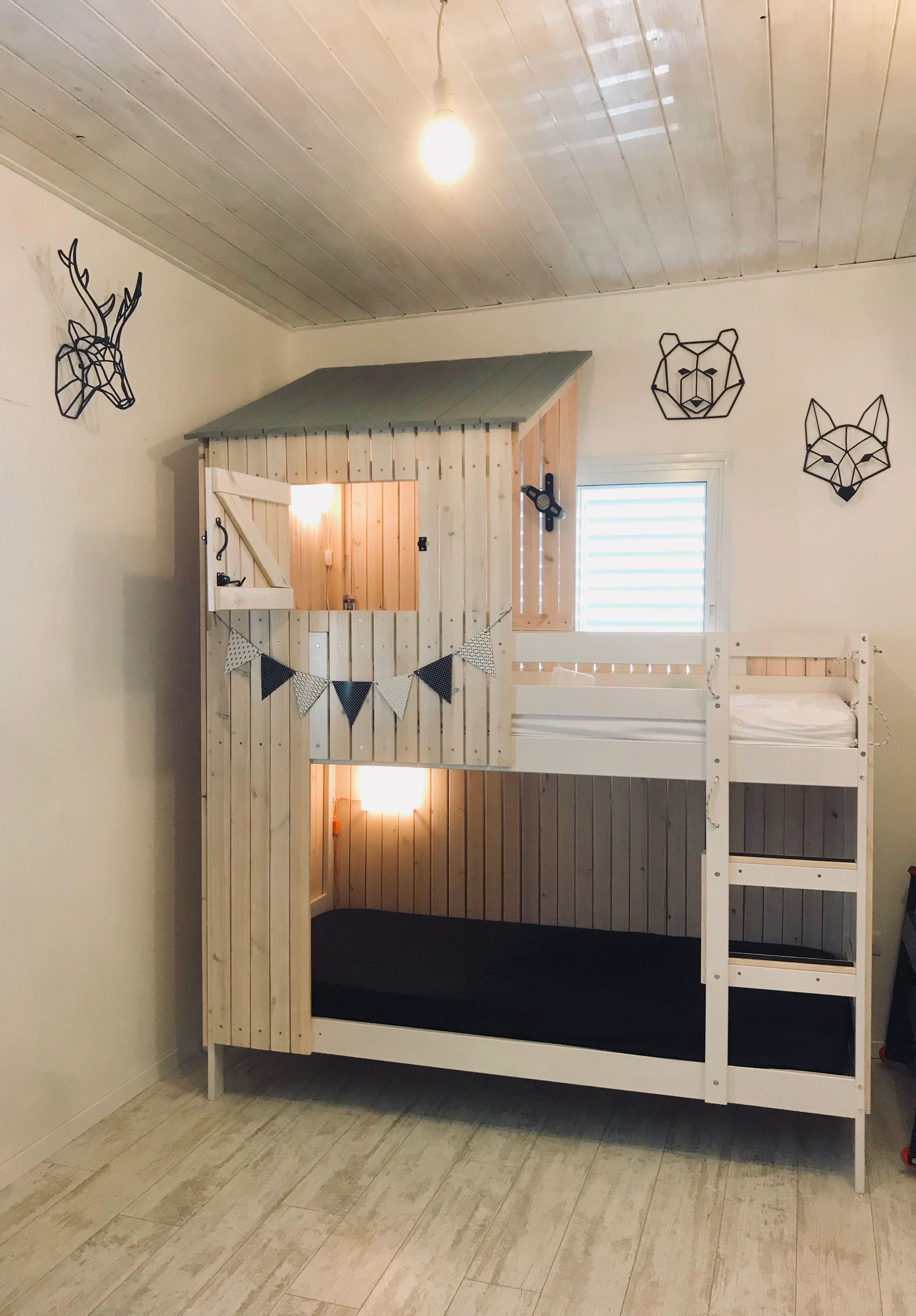 Une maison en bois construite sur un lit Ikea Mydal.