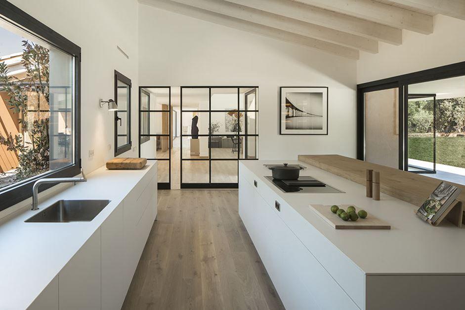 Une maison espagnole moderne baignée de lumière est un hymne à la nature