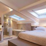 Une suite parentale digne de ce nom avec douche, baignoire, bureau et lit king s...