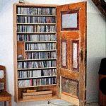 Une vieille porte mène à la bibliothèque. Peut être utilisé comme stockage pour DVD et CD.
