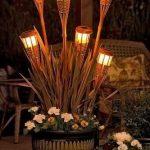Utilisez les lampes solaires des arbres Dollar dans les bases de la torche tiki ..... J'aime cette idée pour le d ...