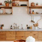 Vous cherchez un look naturel dans votre cuisine? Les armoires en bois offrent un effet ...