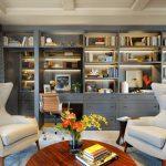agencement bureau moderne, table ronde en bois massif et bibliothèque en bois g...