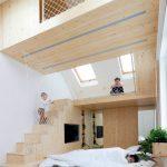 aire de jeux en bois clair et à lits sur plusieurs niveaux sur la plateforme pour adultes