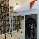 deco petite chambre adulte sur deux niveaux, avec bibliothèque sur toute la hau...