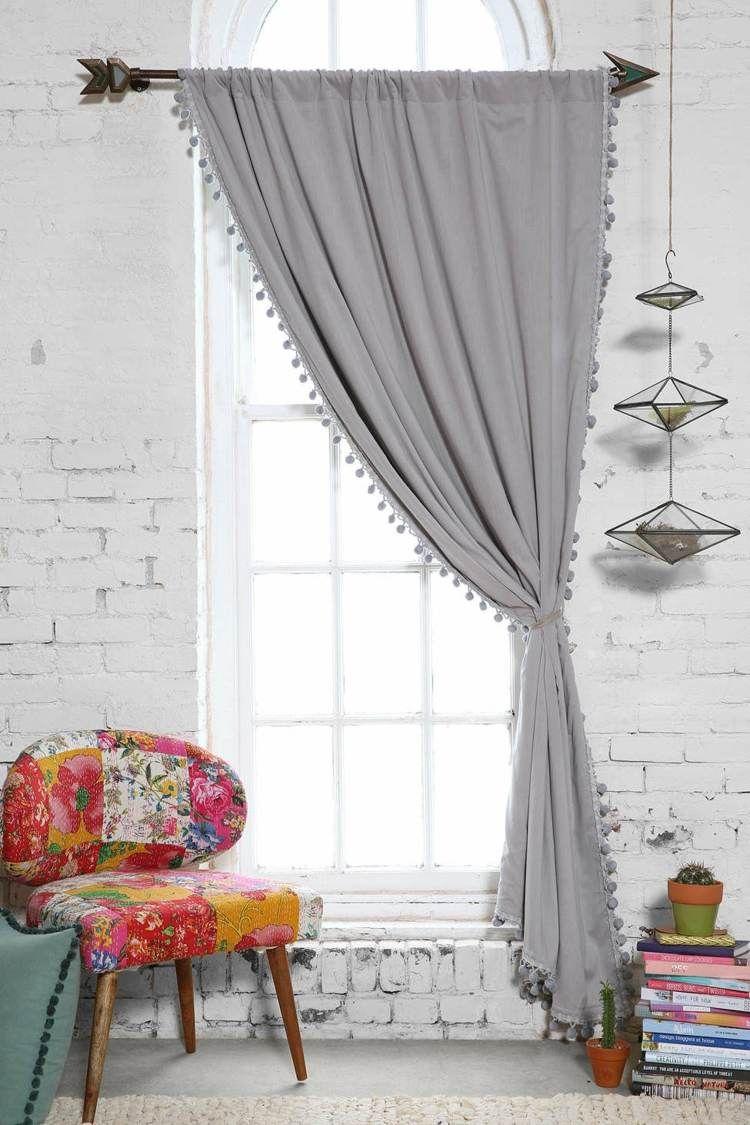 décorez bande-appartement moderne-noir-rideau-pompon coloré chaise-mur de briques orientée …