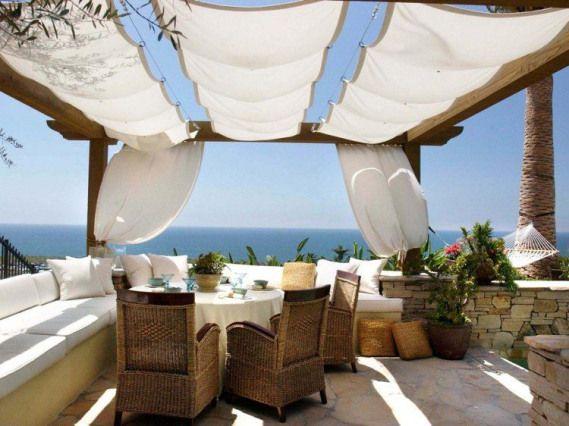 pergola en bois moderne avec rideaux blancs et un salon de jardin tressé #pergo…