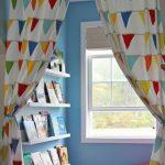 rideaux idées colorées définies coin de lecture dans la pépinière