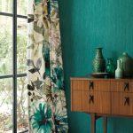 rideaux turquoise accents buffet look exotique motifs floraux déco vases