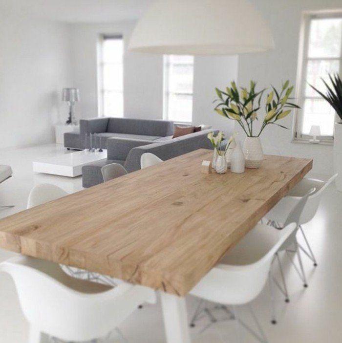 table avec des fleurs, chaises blanches en plastique, table avec une table