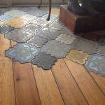 Das Mischen von Bodenmaterialien auf einer anderen Ebene, mit kompliziert gemust...