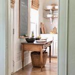 Ich liebe die weichen, dezenten Farbnuancen und die Holzböden und den Tisch – fühlt sich erbärmlich an