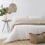 Schlafzimmer einrichten dekorieren naturtöne und weiß. schöne Lampe und Korb....