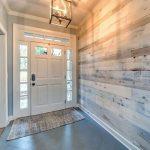 Wir lieben es, wie unser vorgefertigtes weißes Scheunenholz diesen Eingang verb...